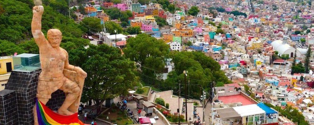 Envuelven a El Pípila con bandera del orgullo LGBT en Guanajuato